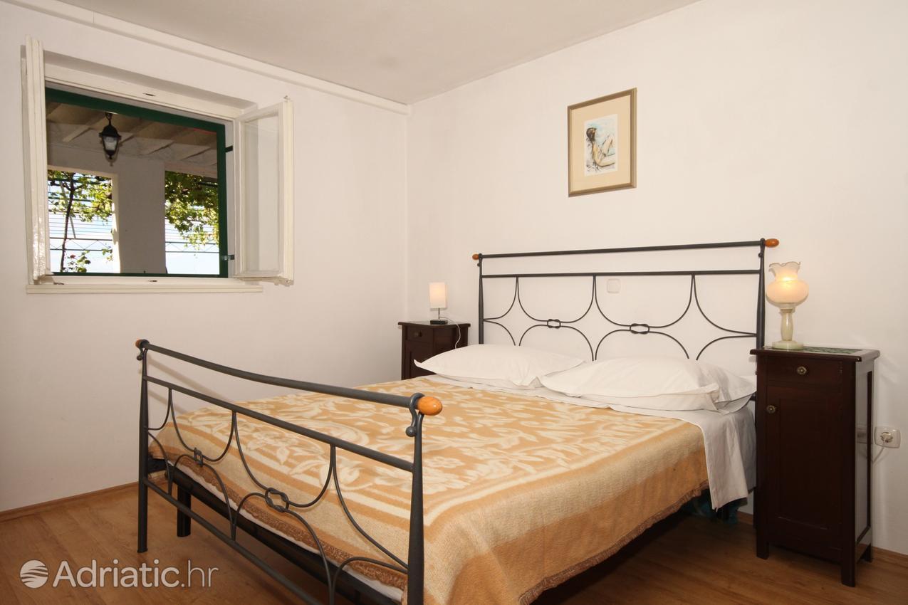 tucepi-apartment-bedroom-1-l